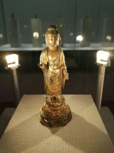 高麗大学博物館の展示品。統一新羅時代の金色の立像