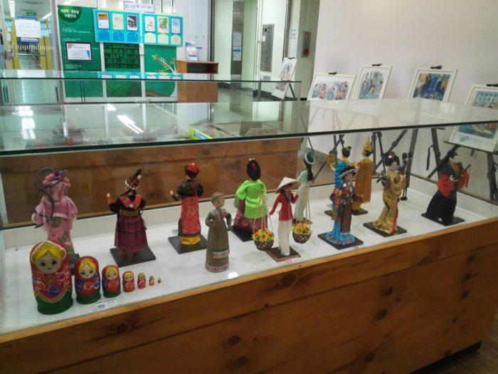 正読図書館の各国の民芸品の展示