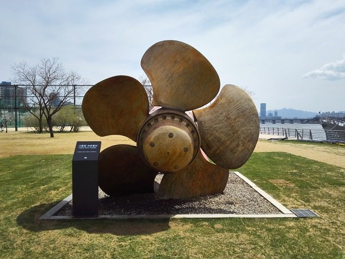 望遠漢江公園内にあるソウル艦公園