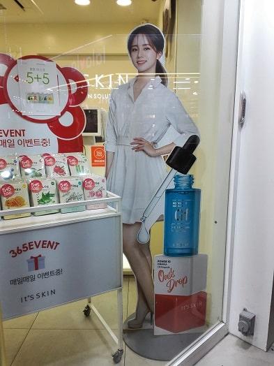 歌手・女優のヘリIt's skin(イッツスキン)等身大パネル看板
