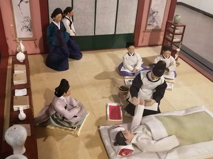 ソウル薬令市韓医薬博物館‗針治療を受ける王様