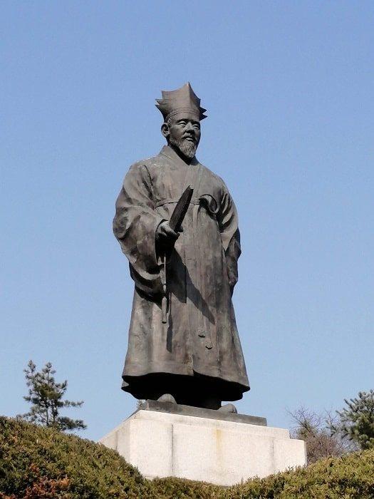 韓国千ウォン紙幣肖像 退渓李滉(テゲ イ・ファン)銅像