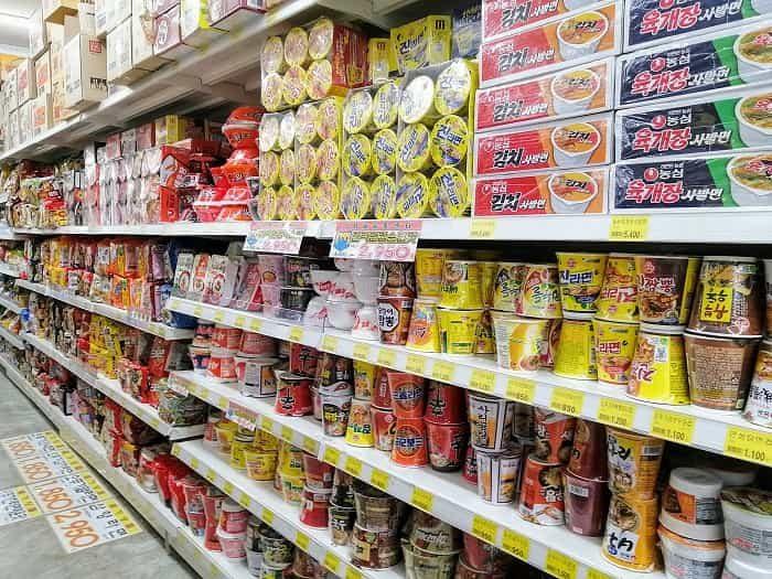 韓国のスーパーに並ぶラーメン
