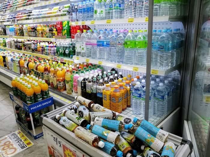 韓国のスーパーに並ぶ飲料水