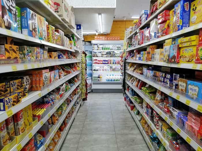 韓国のスーパーに並ぶお菓子