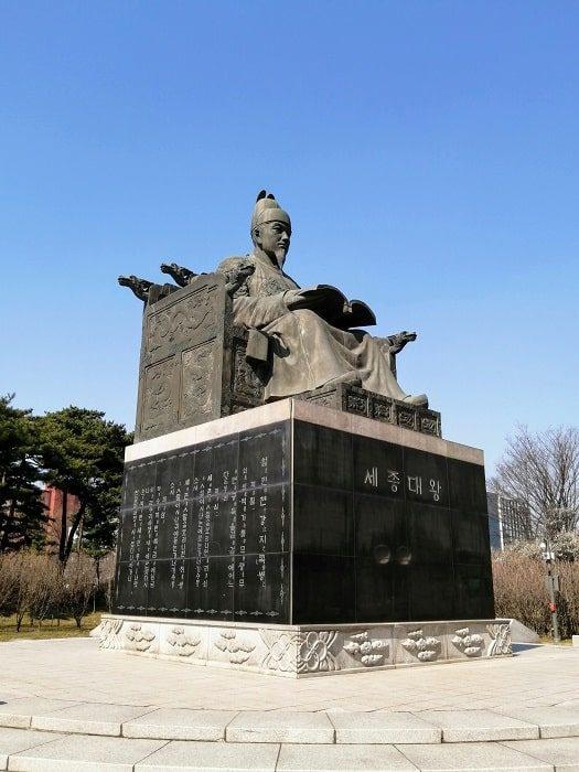 汝矣島(ヨイド)公園の世宗(セジョン)大王銅像