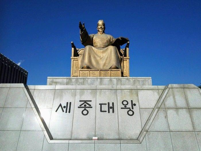 光化門広場の世宗(セジョン)大王銅像