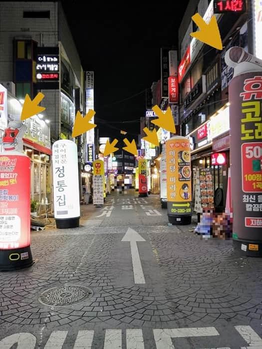 韓国ソウルの繁華街にある空気のはいった看板