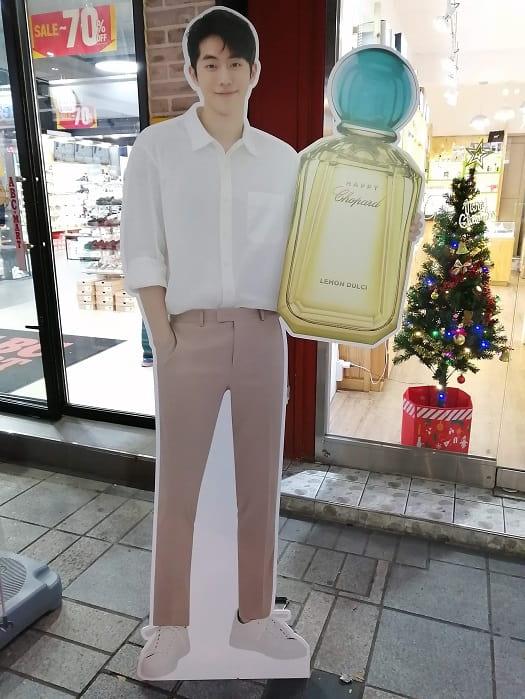 韓国の芸能人ナム・ジュヒョクの等身大パネル、立て看板