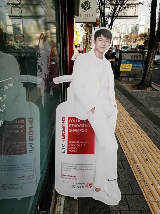 韓国の芸能人ヒョンビンの等身大パネル、立て看板