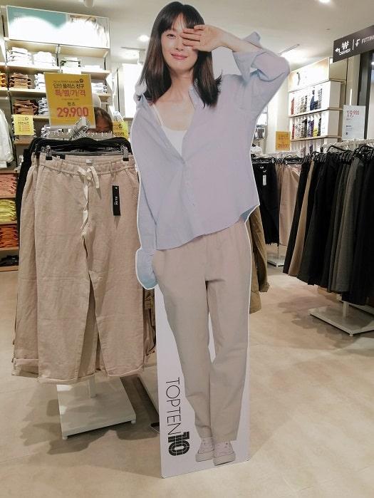 韓国の芸能人の等身大パネル、立て看板