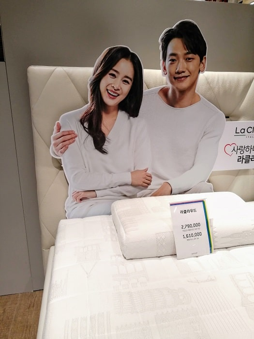 韓国の芸能人Rain(雨)&キムテヒ夫婦の等身大パネル、立て看板