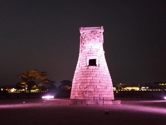 慶州のシンボル瞻星台(チョムソンデ)ライトアップ夜景