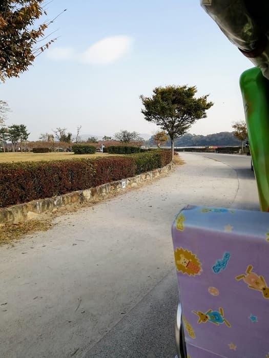 慶州瞻星台(チョムソンデ)バッタのような観光車:タマムシ電気自動車