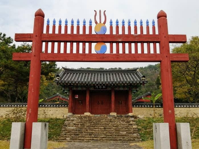 金庾信(キム・ユシン)将軍の位牌が祀られた祠堂、崇武殿(スンムジョン)