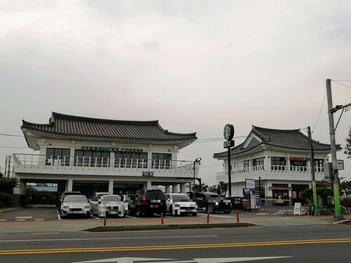 慶州スターバックスとベックスコーヒーの瓦屋根