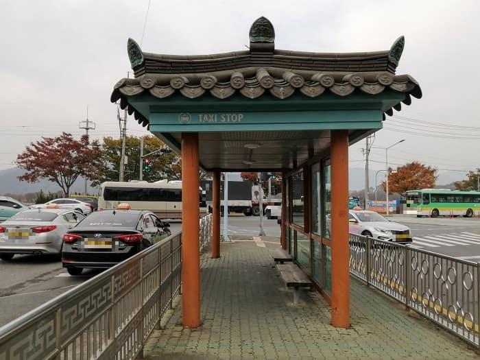 慶州バスターミナル前瓦屋根のタクシー乗り場