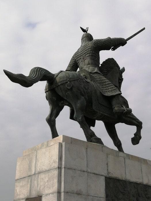 慶州金庾信(キム・ユシン)将軍像