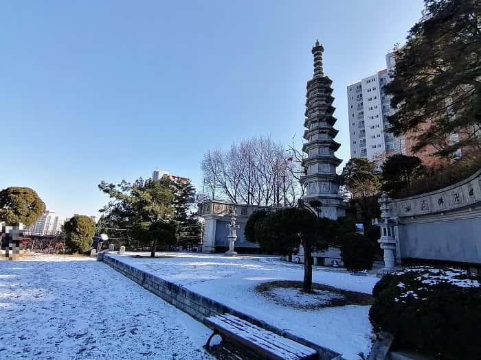韓国ソウルの石窟庵普門寺(ポムンサ)の九重の塔