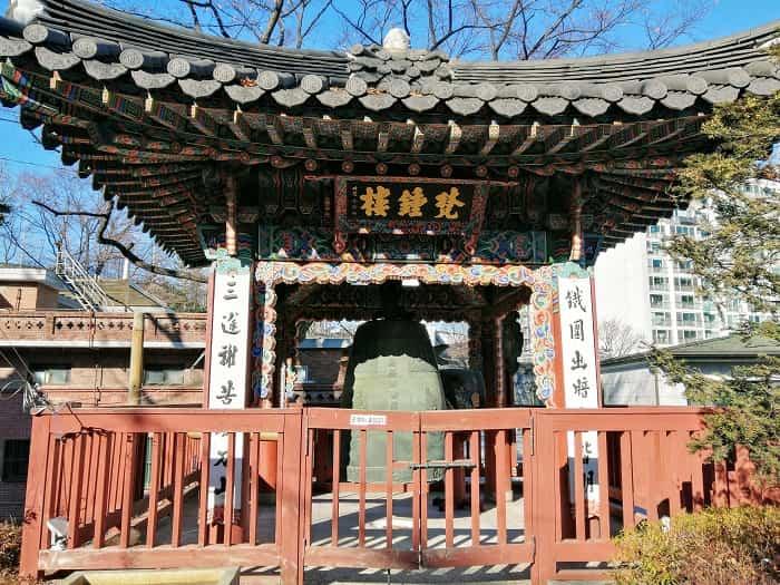 韓国ソウルにある石窟庵(ソックラム)普門寺(ボムンサ)梵鐘楼
