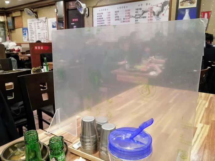 韓国のコロナ19対応。アクリル板の仕切り