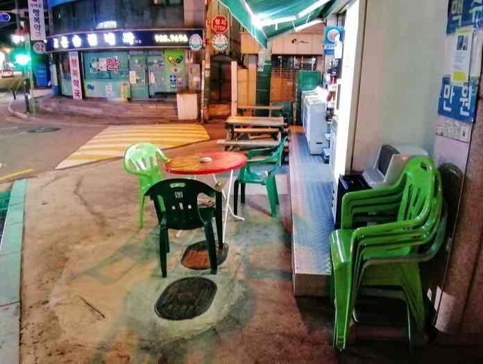 韓国ソウルのコンビニ テーブルと椅子
