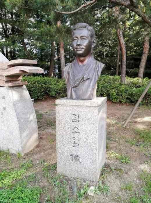 往十里駅前の銅像 詩人 金素月(キム・ソウォル)