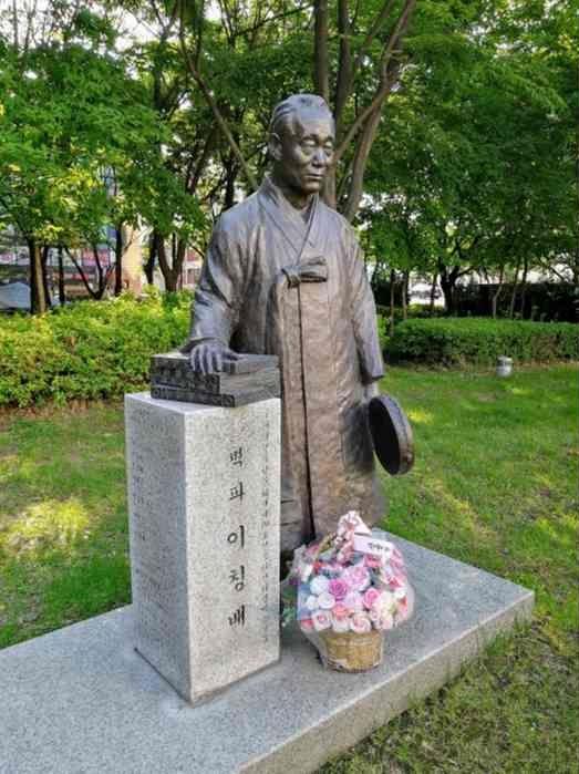 往十里駅前の銅像 碧波李昌培(イ·チャンベ)