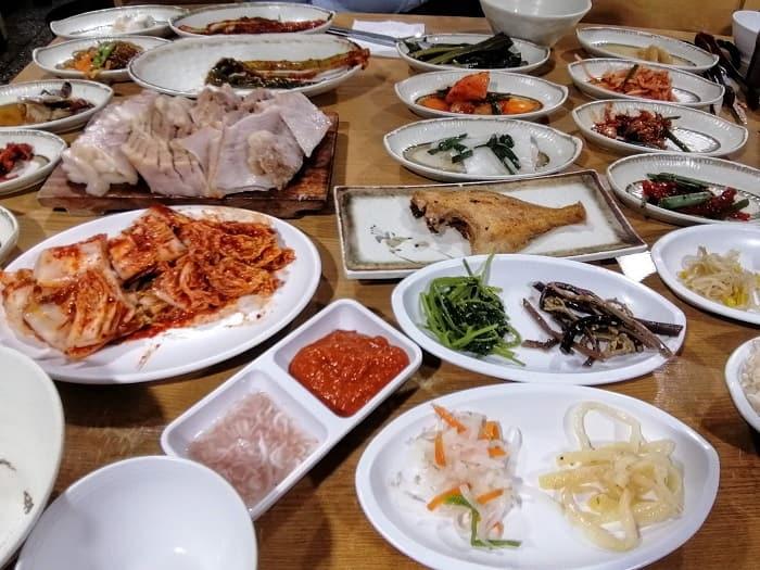 韓国ソウルおかずがたくさんでるお店