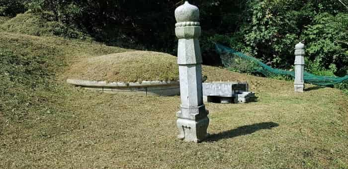 韓国伝統的な山の斜面につくられたお墓
