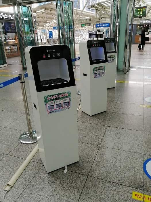 韓国ソウル駅の噴射式手指消毒機械